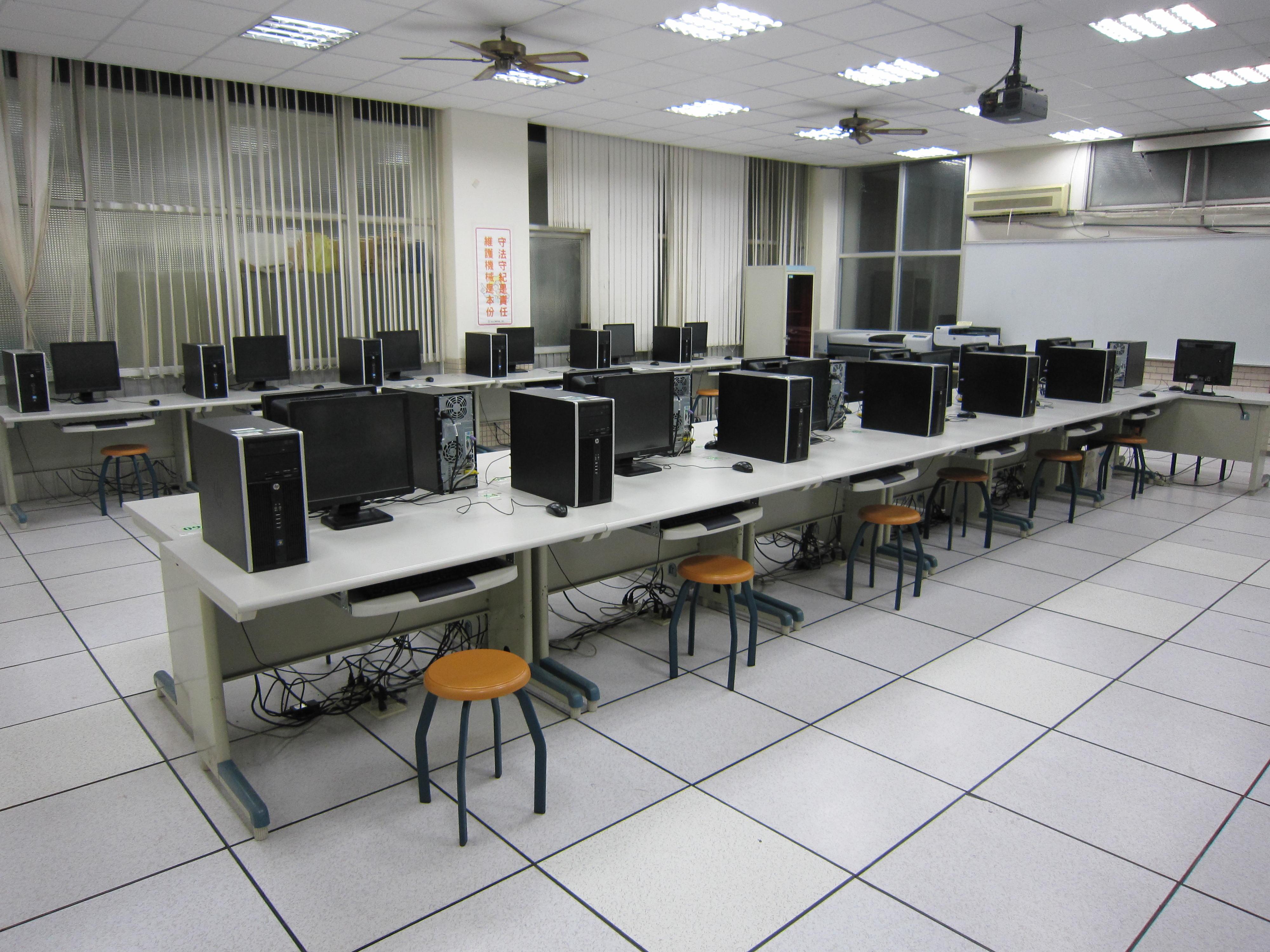 電腦輔助機械助圖實習工場B(右側)