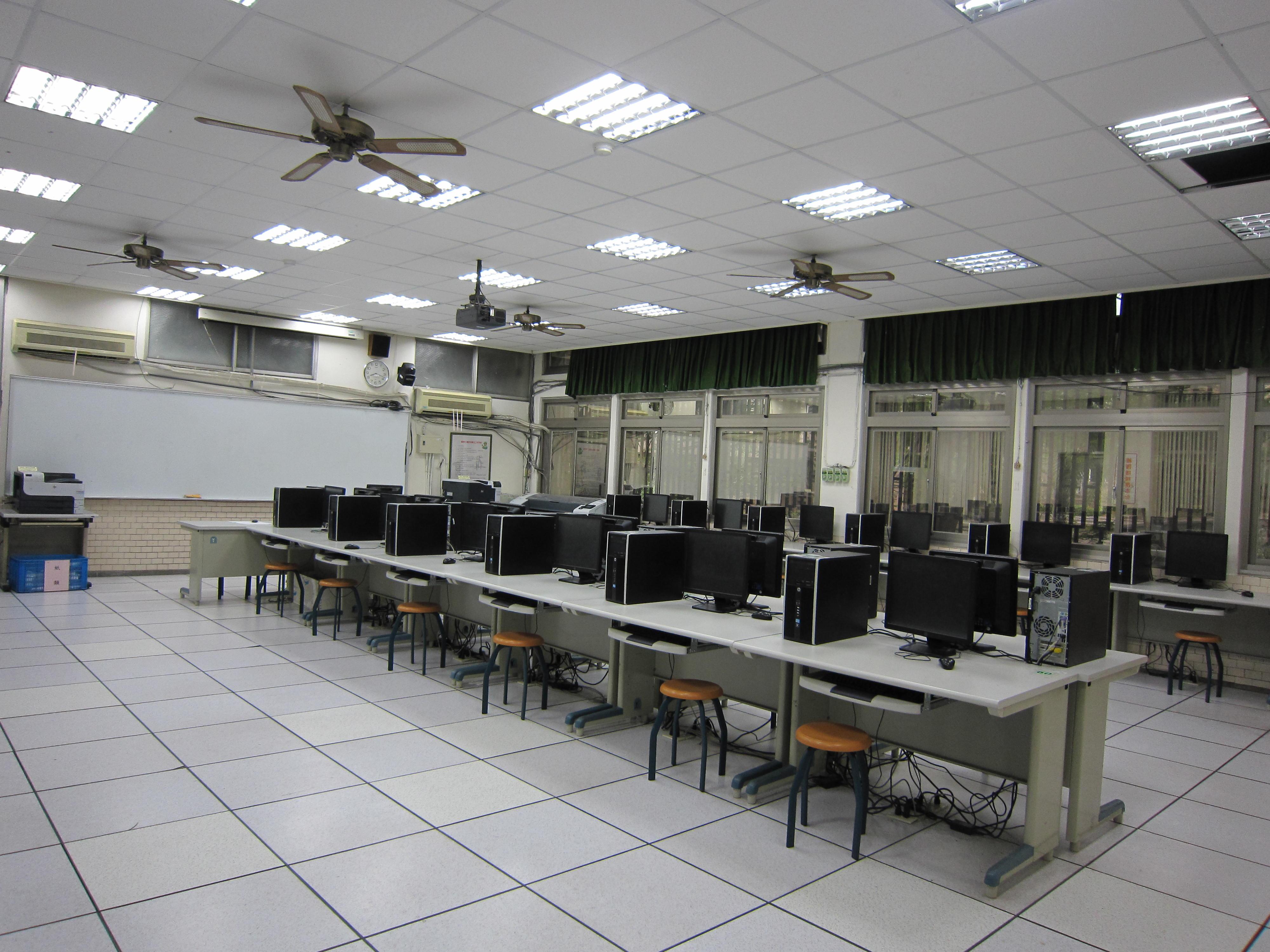 電腦輔助機械助圖實習工廠B(左側)