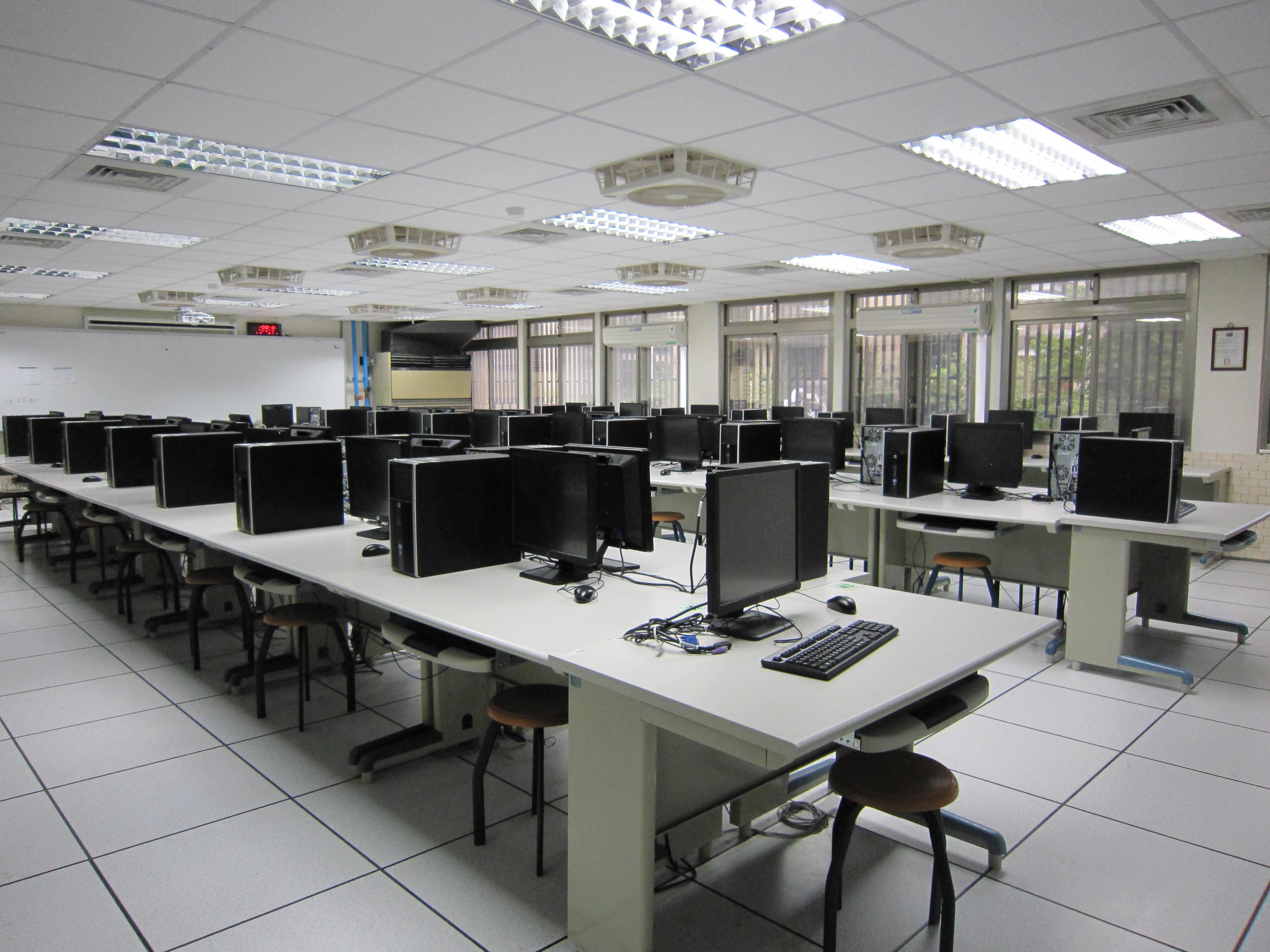 電腦輔助機械助圖實習工場A(左側)